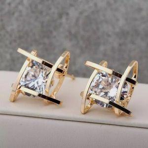 Jewelry - 🔥 NWOT! Unique gold tone CZ earrings
